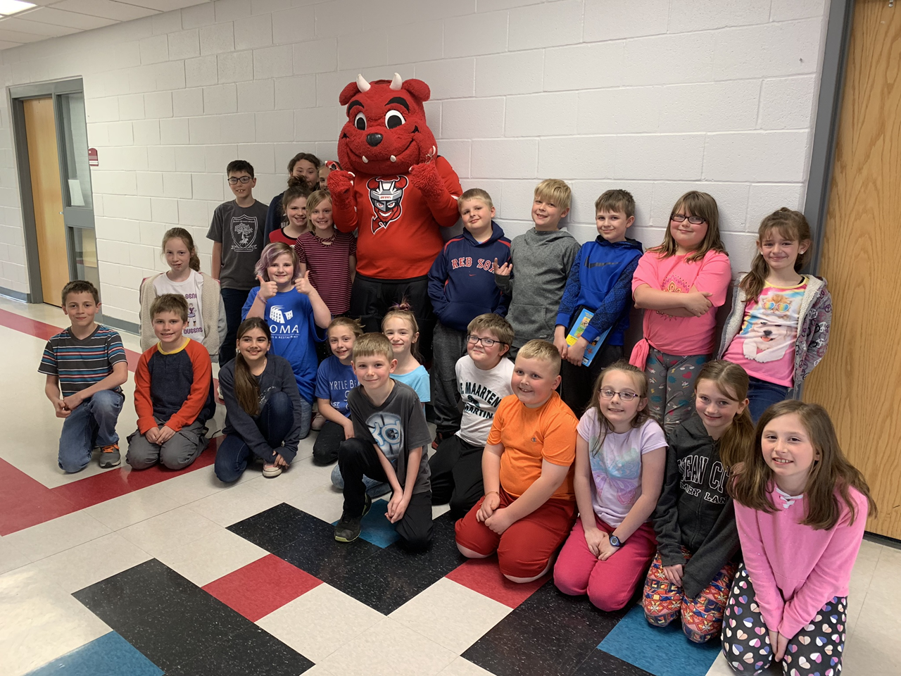 Picture of Binghamton Devils mascot posing with 3rd and 4th grade students
