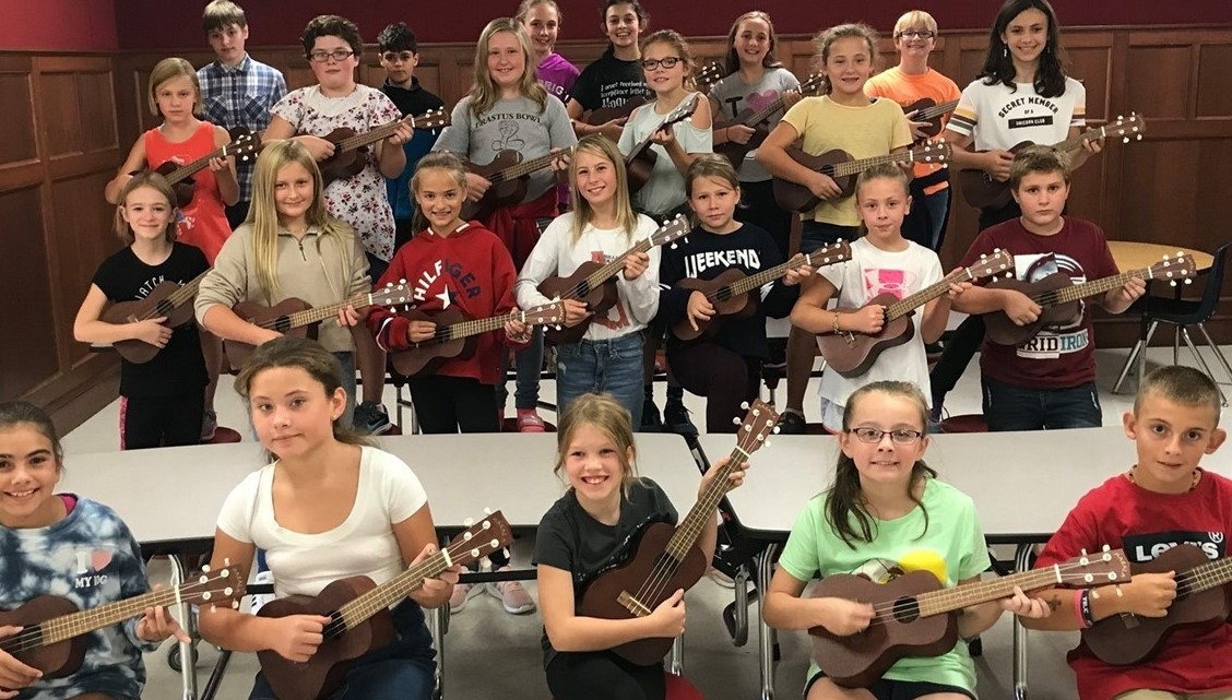 Middle school students playing ukulele's